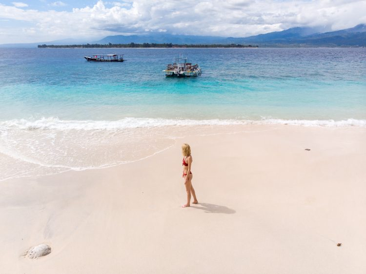 Gili Meno fata pe plaja fotografie drona Bali