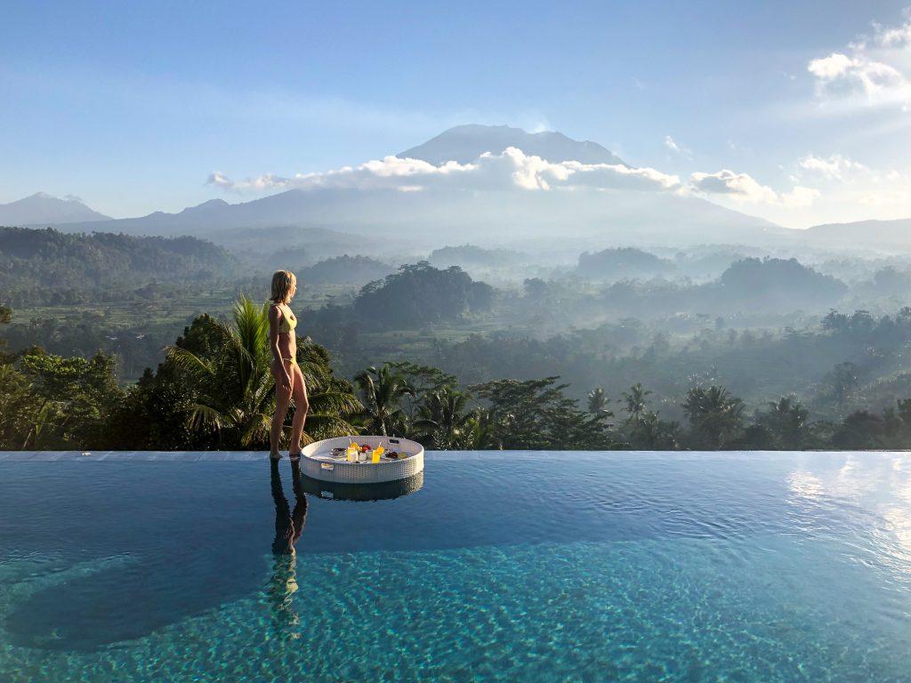Sidemen Bali Indonezia mic dejun plutitor