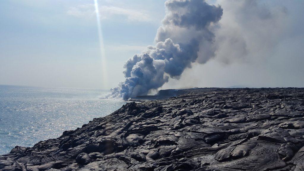 Lava in oceanul Pacific vulcanul Kilauea Big Island Hawaii