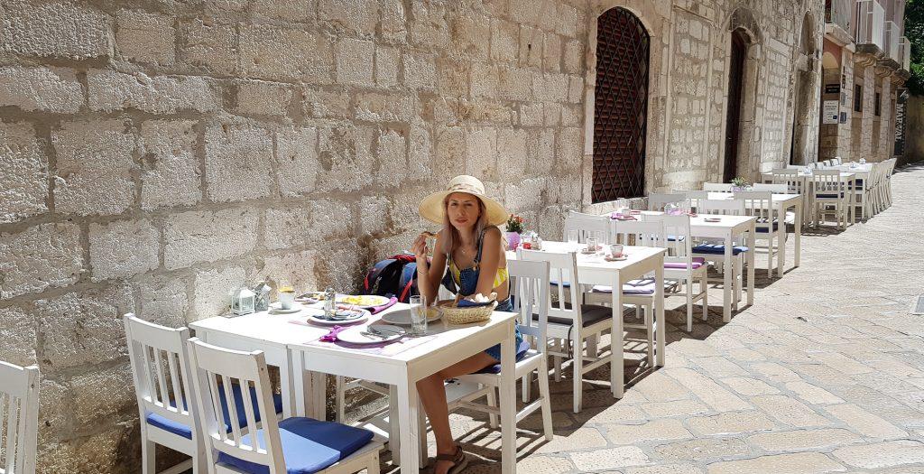 Zadar Croatia Mic dejun pe o straduta ingusta