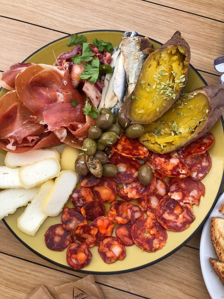 platou branzeturi mezeluri - Ce mancam in Portugalia mancare portugheza