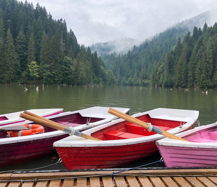 Plimbare cu barca pe Lacul Roșu, România