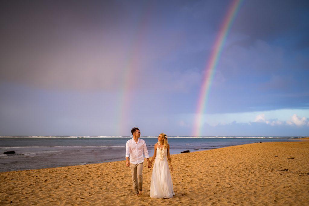 Mire si mireasa pe plaja in Hawaii