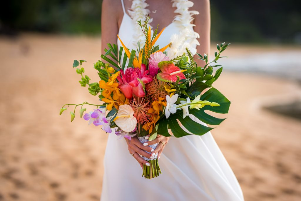 Nunta pe plaja in Hawaii oficiala buchet mireasa