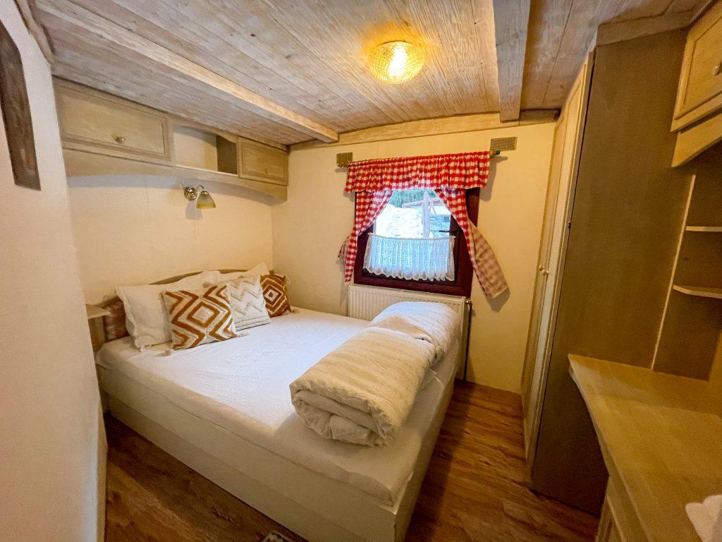 Romania Dormitor cabana mica Bucin